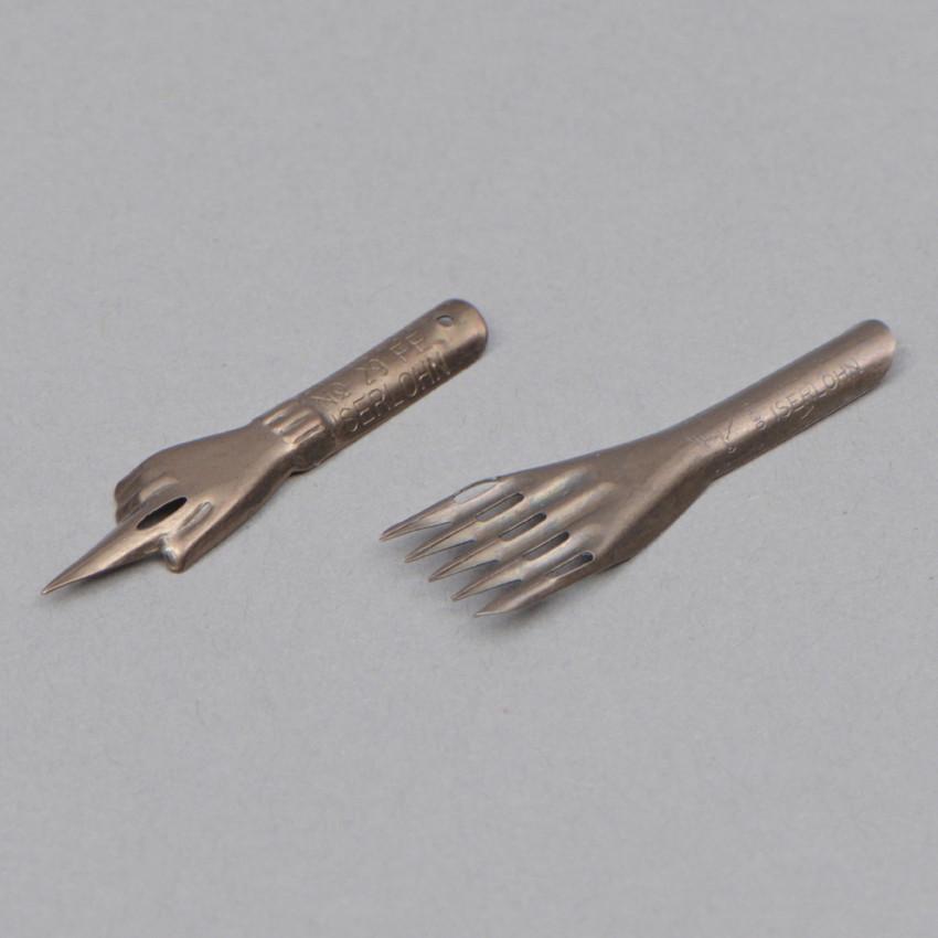Zeigefinger- und Ornamentfeder